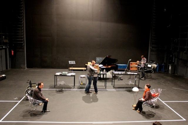 Plateau 2 : une scène en répétition (Lionel Peintre, Thill Mantero, Mélanie Boisvert, Nora Petrocenko, Léo Warynski)
